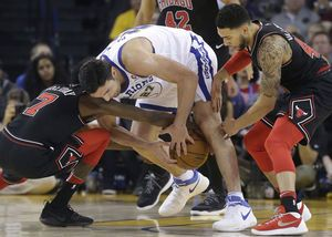 Splash Brothers Curry, Thompson lead short-handed Warriors