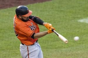 Santander, O's rough up Nats relievers, rally for 5-3 win