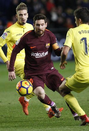 Messi, Suarez strike after Villarreal reduced to 10 men