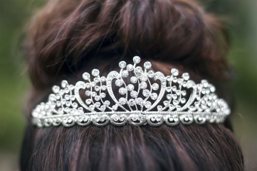 School replaces homecoming queen with 'excellence award'