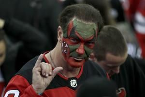 'Seinfeld' actor shows up at Devils game with face painted