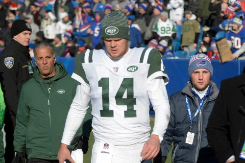 Sam Darnold limps to locker room after one Jets series