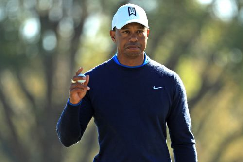 Tiger Woods stamps latest step back with amazing putt