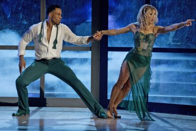 Ex-NFL star crowned winner of 'Dancing with the Stars'