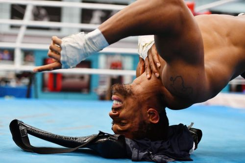 Watch world heavyweight boxing champion Anthony Joshua lift 40kg - with his neck