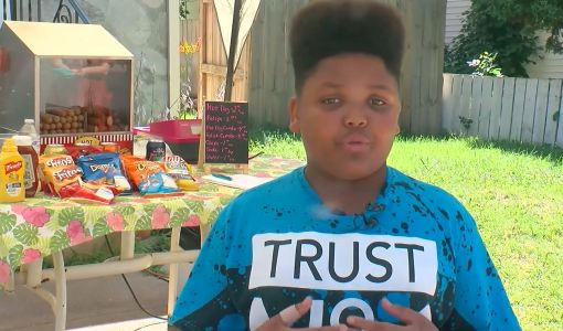 Minneapolis officials help teen entrepreneur open food stand