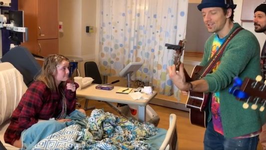 Singer's hospital performance leaves patients feeling 'less alone'