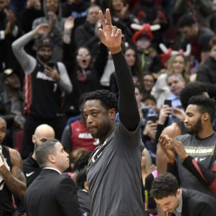 Wade helps Heat beat Bulls 117-103