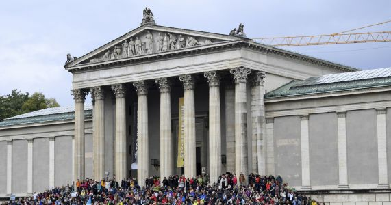 Thousands rally in Munich to protest 'politics of fear'