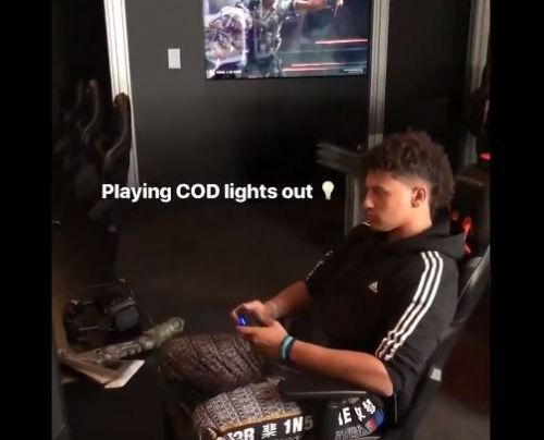 Patrick Mahomes II uses no-look throw to switch off lights while playing video game