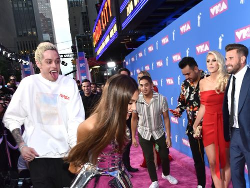 Pete Davidson and Ariana Grande angered paparazzi when they ran across the VMAs red carpet