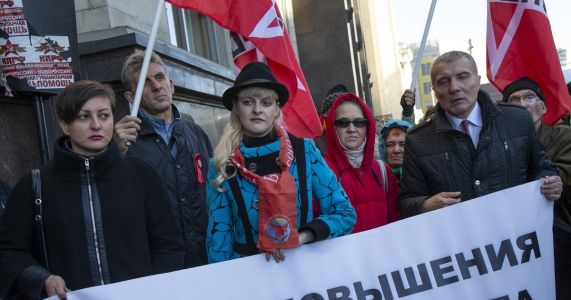 Russian lawmakers vote to back controversial pension bill