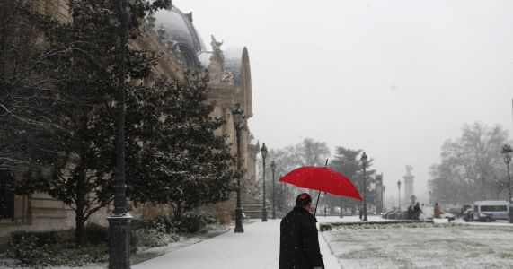 France on alert for snowfall, Eiffel Tower closes