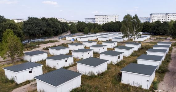 Hamburg sells off former houses for refugees