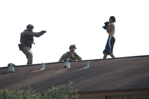 Man with knife on roof of NE Houston apartment complex