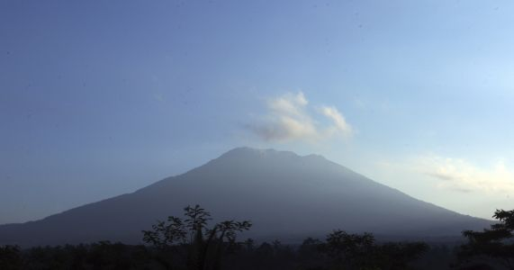 Nearly 10,000 leave homes around active Bali volcano
