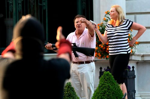 Couple draw guns at crowd heading to St. Louis mayor's home