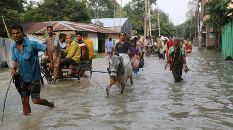 Bangladeshi rivers break their banks, 400,000 forced to evacuate