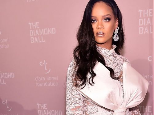 People are applauding Rihanna for turning down an offer to play the Super Bowl halftime show in support of Colin Kaepernick