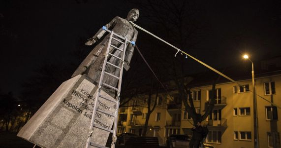 Poland: Statue of priest toppled over abuse claims restored
