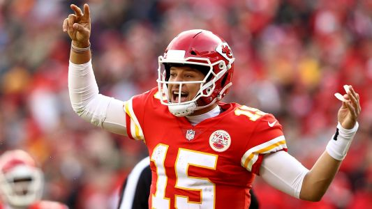 WATCH: Chiefs QB Patrick Mahomes throws no-look pass