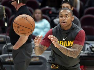 LeBron gets stitches, scores 23 in fourth as Cavs beat Nets