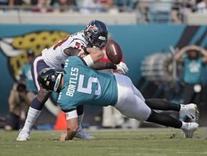 Watson plays through injury, Texans beat reeling Jags 20-7