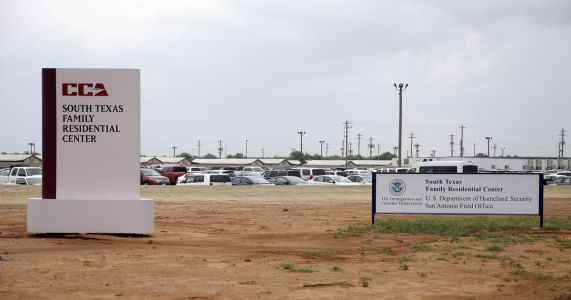 New deal keeps open facility that detains immigrant families