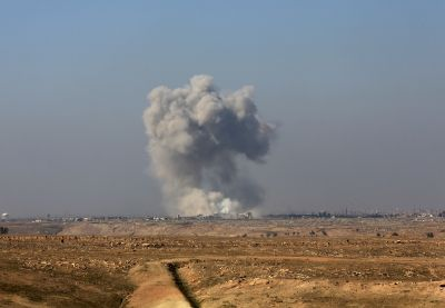 Iraqi forces push into Mosul's main military base by airport