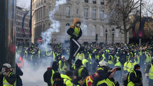 Police Deploy Armored Vehicles Tear Gas Against Paris Protesters, Detain Hundreds