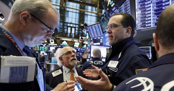 US stocks edge higher in early trading, extending gains