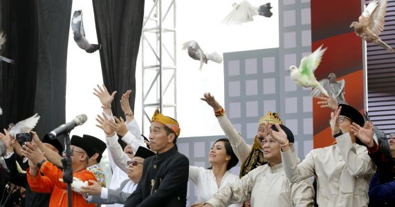 Indonesia presidential contenders vow peaceful campaign