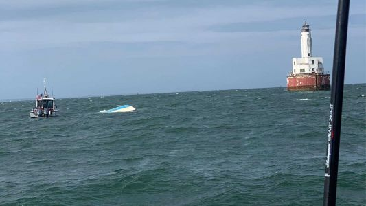5 people rescued from overturned boat off Massachusetts coast